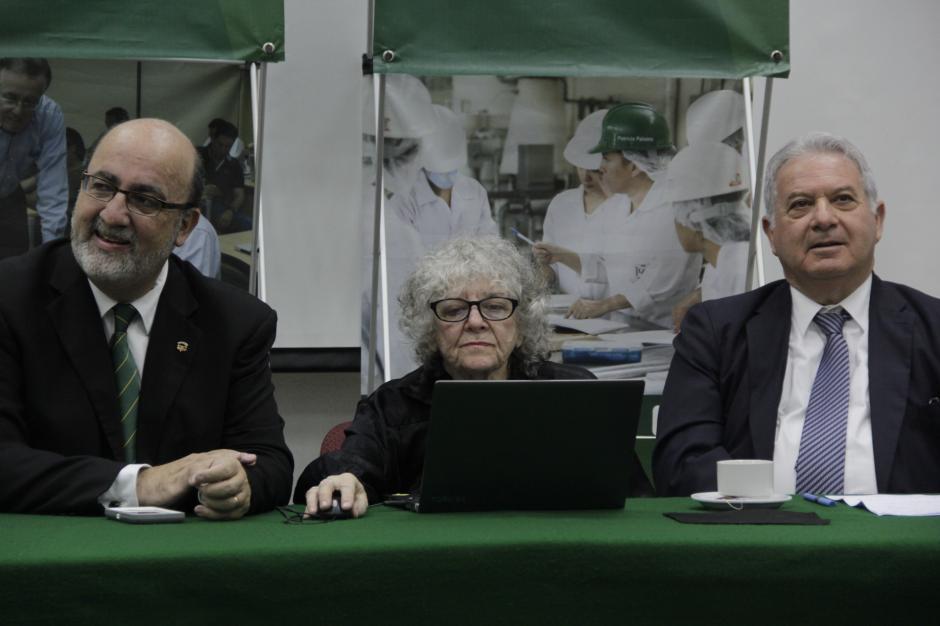 El rector de la Universidad del Valle, (izquierda) y el embajador de Israel en Guatemala, Moshe Bachar, acompañan a Ada Yonath. (Foto: Fredy Hernández/Soy502)