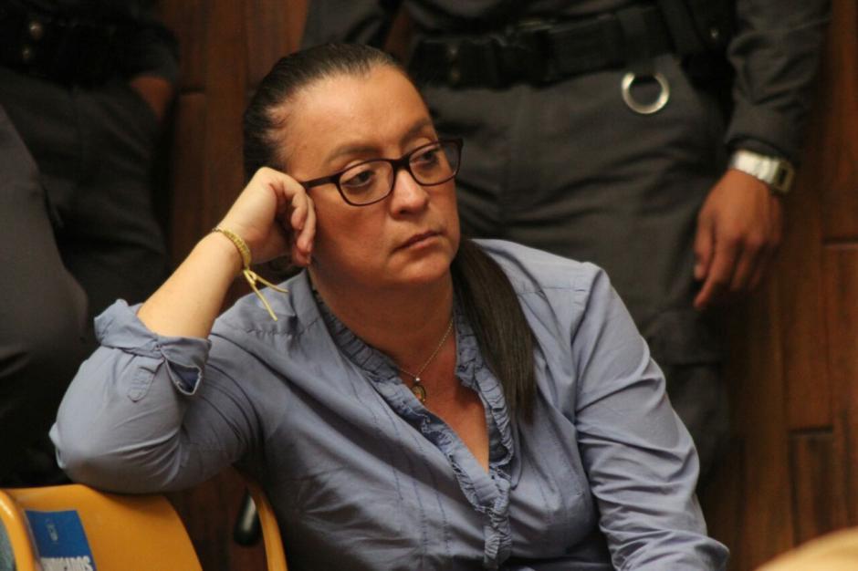 La exasistente de Roxana Baldetti escucha a la abogada de Cicig, Berenice Jerez.  (Foto: Alejandro Balán/Soy502)