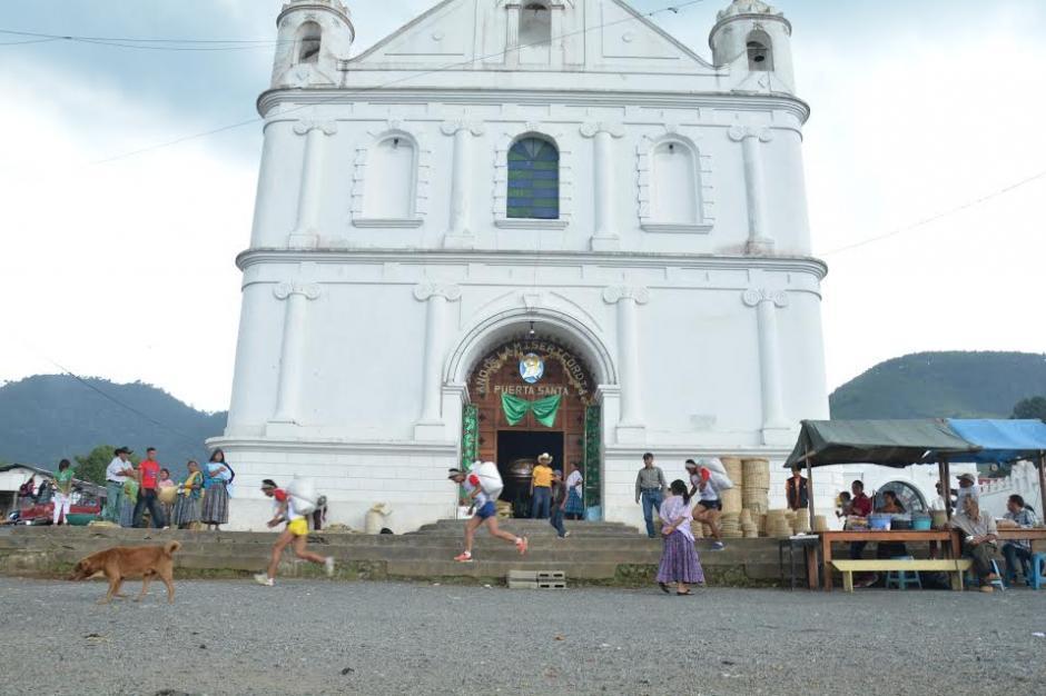 Una bella postal del paso de los competidores frente a la iglesia de Tactic. (Foto: Fredy Cu)