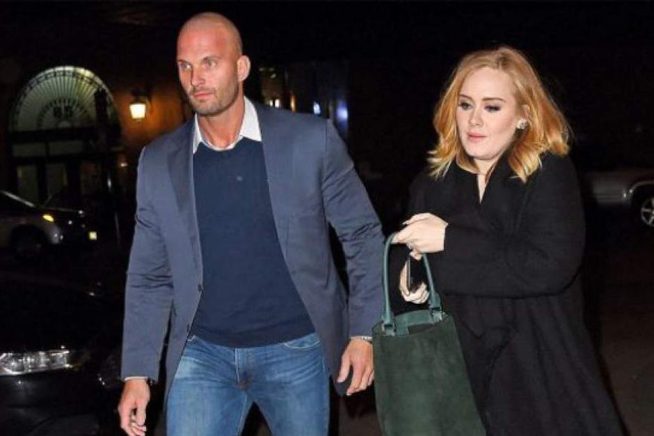Él es el encargado de la seguridad de Adele y el responsable de la británica.
