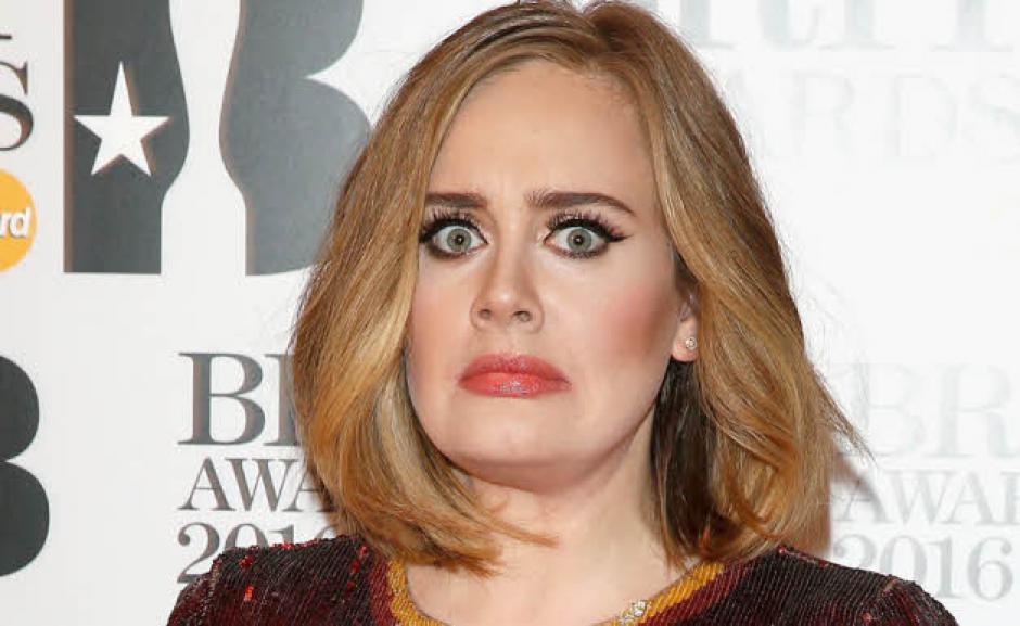 Adele se sorprendió al momento de darle un beso de piquito a un admirador en su último concierto en Vancouver. (Foto: Star FM)