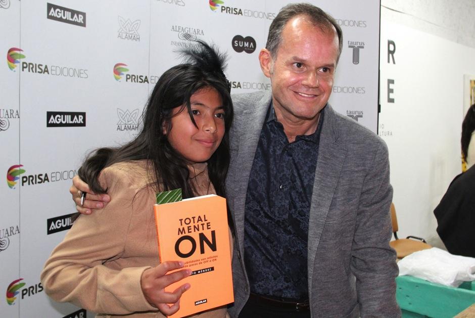 Admiradores de todas las edades aprovecharon para compartir con Méndez luego de la presentación oficial del libro. (Foto: Luis Barrios/Soy502)