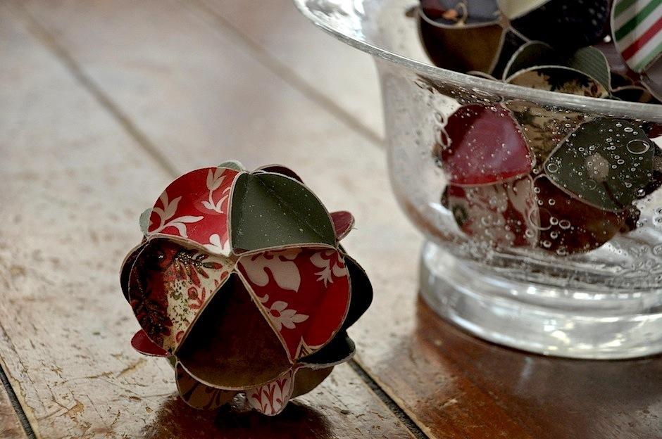 Estos adornos elaborados con tarjetas de navidades anteriores darán un toque elegante a tu árbol. (Foto: Google)