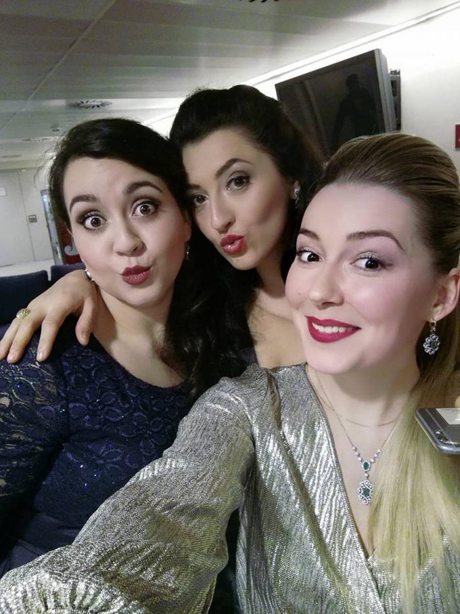 González comparte con dos compañeras de canto. (Foto: Alena Sobolevskaya)