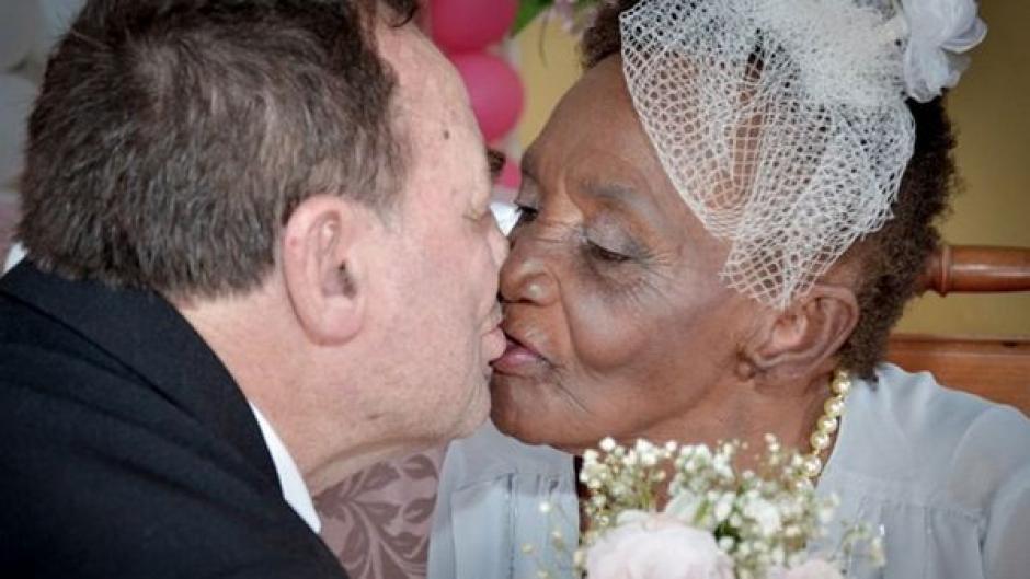 Una pareja de adultos mayores se casó en Brasil. (Foto: captura de pantalla)