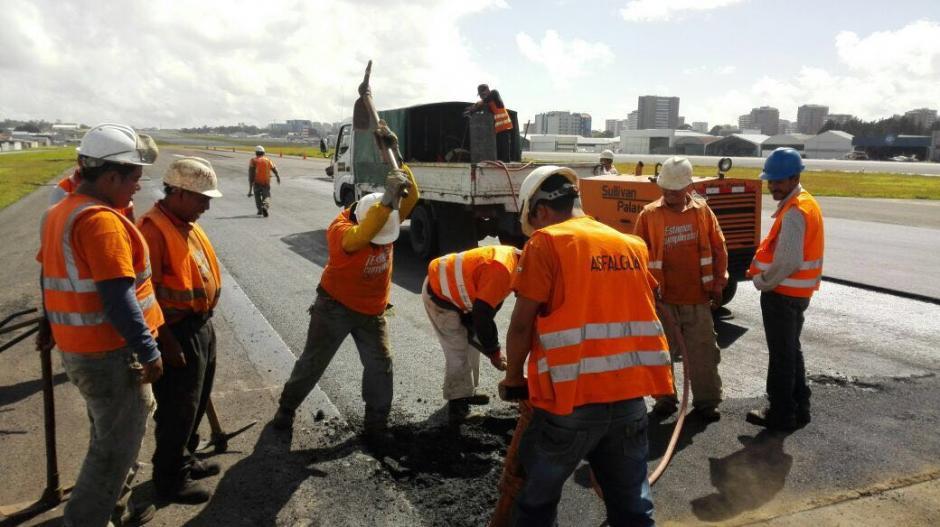 Un equipo de mantenimiento inició este jueves los trabajos de recapeo de la calle de rodaje. (Foto: DGAC)