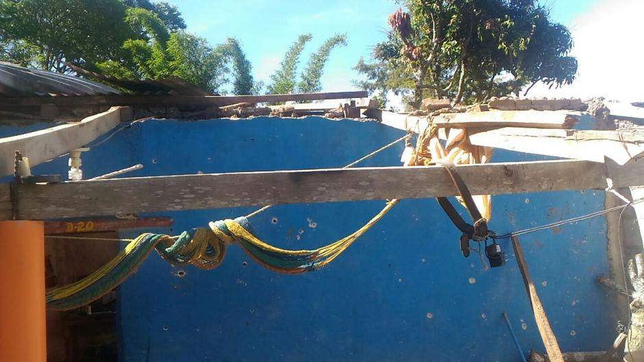 En Yupiltepeque, Jutiapa, se registraron fuertes vientos lo que provocó el desprendimiento de techos de lámina de dos viviendas. (Foto: Conred)