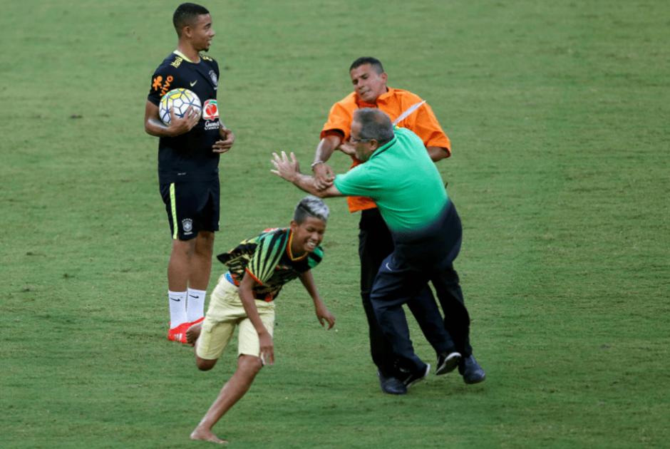 Aunque algunos policías intervinieron, no evitaron que los fanáticos se acercaran a Neymar. (Foto: Marca)