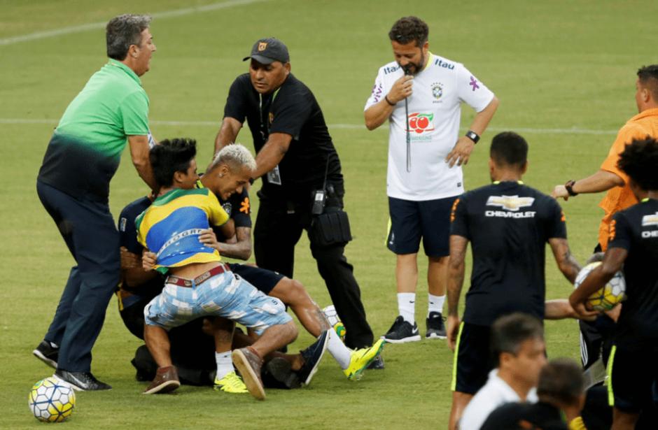 Miembros del cuerpo técnico ayudaron a Neymar a levantarse. (Foto: Marca)
