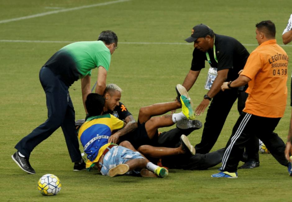 Neymar cayó al suelo junto a los fanáticos. (Foto: Marca)