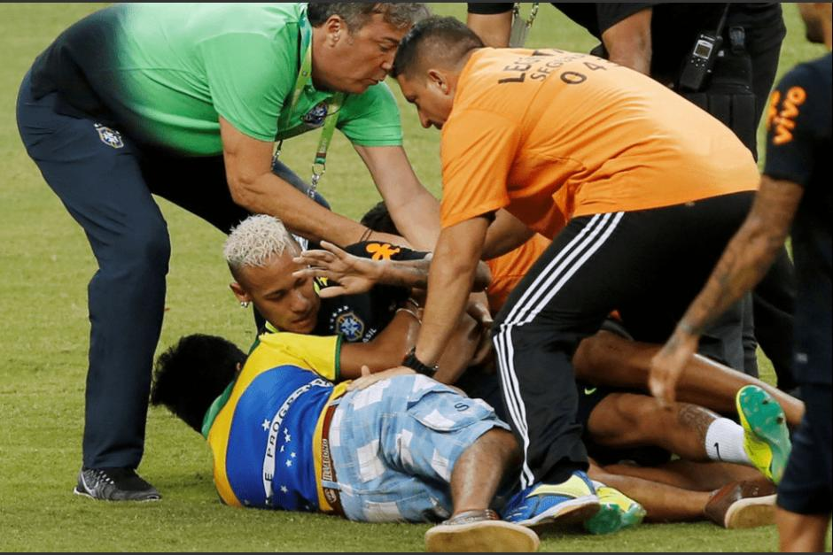 Un grupo de aficionados entró a la cancha durante el entrenamiento de Brasil. (Foto: Marca)
