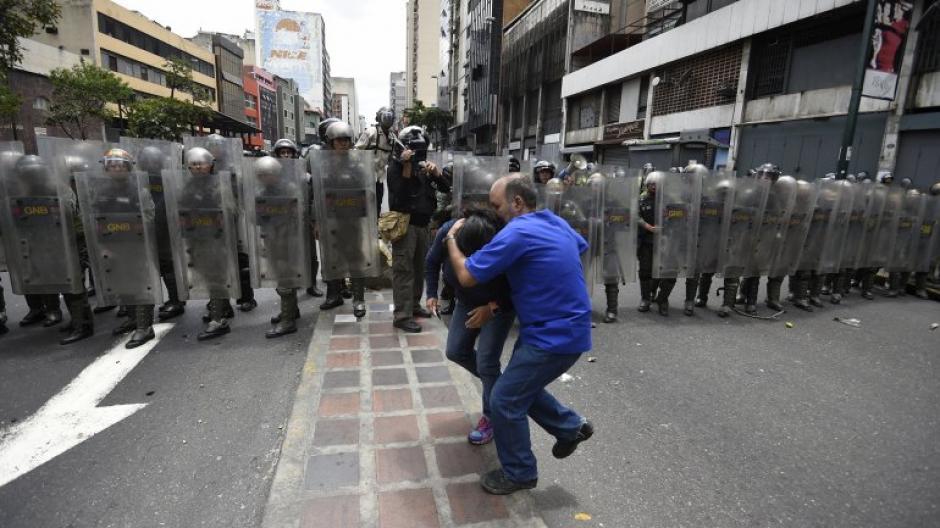 Los policías agredieron a los ciudadanos con gas lacrimógeno y balas de goma.(Foto: AFP)