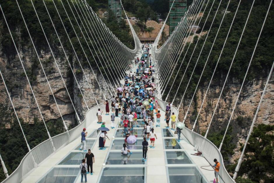 El puente está diseñado para que caminen sobre él 800 personas a la vez. (Foto: AFP)