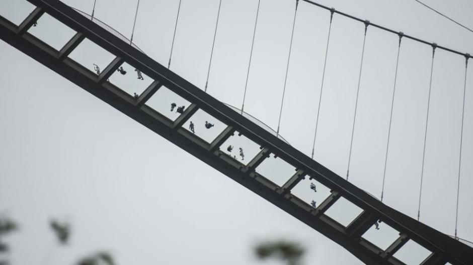 En una de las pruebas golpearon el vidrio pero, solo se destrozó la primera capa y las otras dos quedaron intactas. (Foto: AFP)