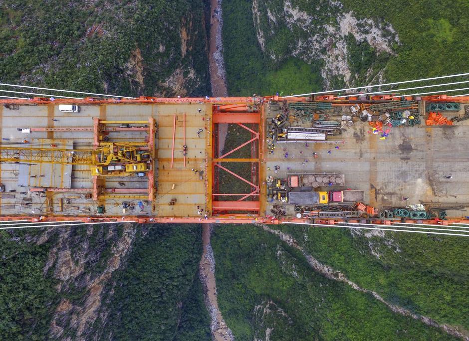 El puente está suspendido sobre 565 metros sobre un río en la provincia de Guizhou. (Foto: AFP)