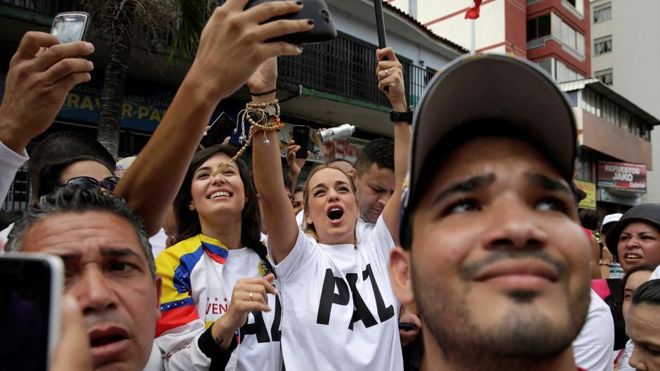 Lilian Tintori, esposa del preso político Leopoldo López, junto a Patricia Ceballos. (Foto: AFP)