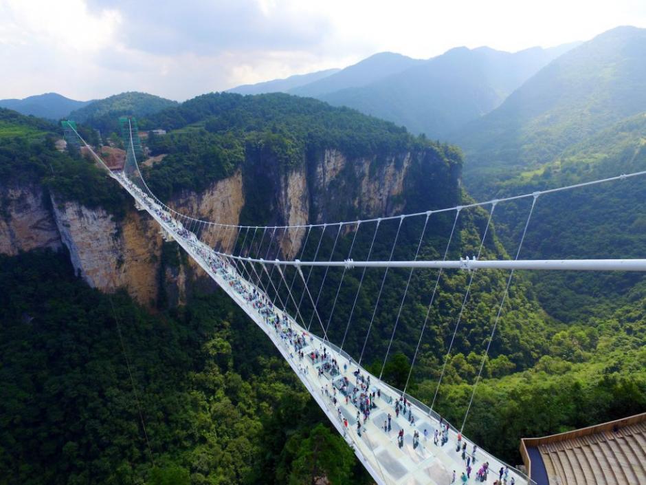 En el parque natural de Zhangjiajie, China, se inauguró el puente de cristal más alto y largo del mundo. (Foto: AFP)