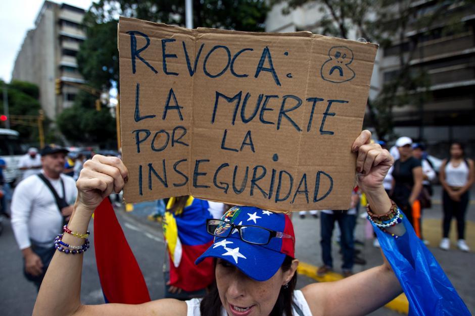 Este es uno de los miles de carteles mostrados durante la manifestación. (Foto: AFP)