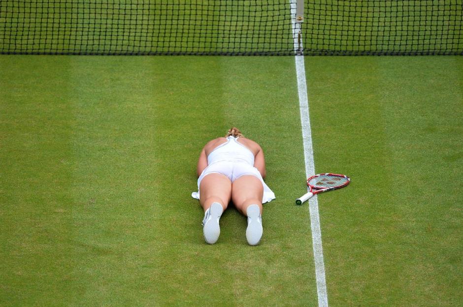 En Wimbledonla alemana Sabine Lisicki celebra en el suelo después de vencer aSerena Williams durante el partido individual de mujerescorrespondiente a lacuarta ronda delCampeonato de Wimbledon en el All England Club en Wimbledon. (Foto:AFP/ BEN STANSALL)