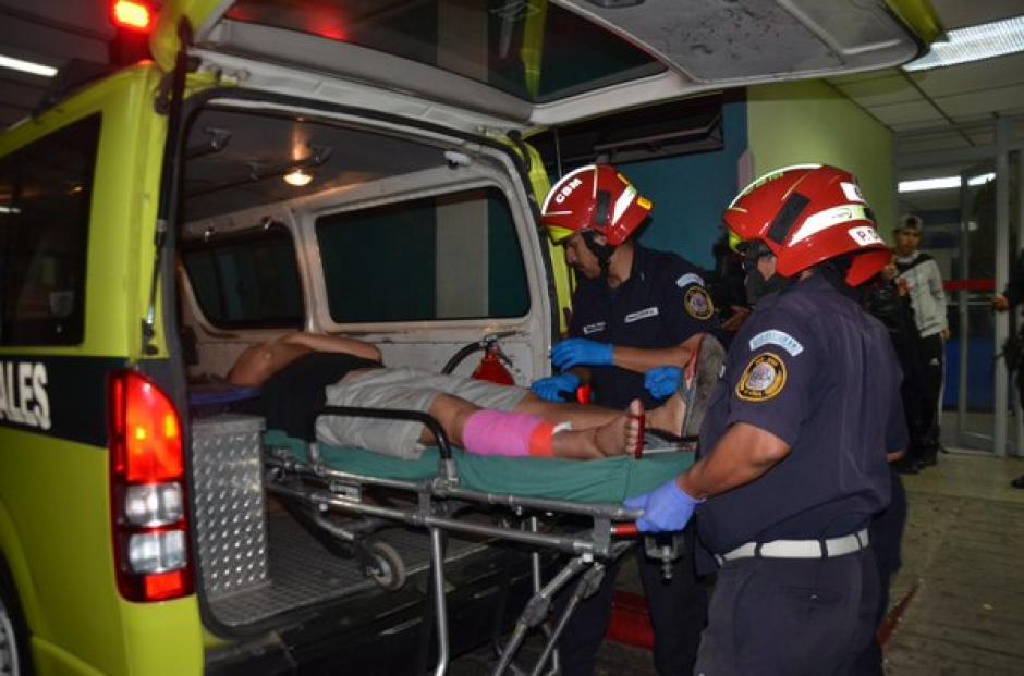 Un agente de la PNC resultó herido en la 3ra. Avenida y 6ta. calle de la zona 8 de Villa Nueva. (Foto: @bomberosmuni)