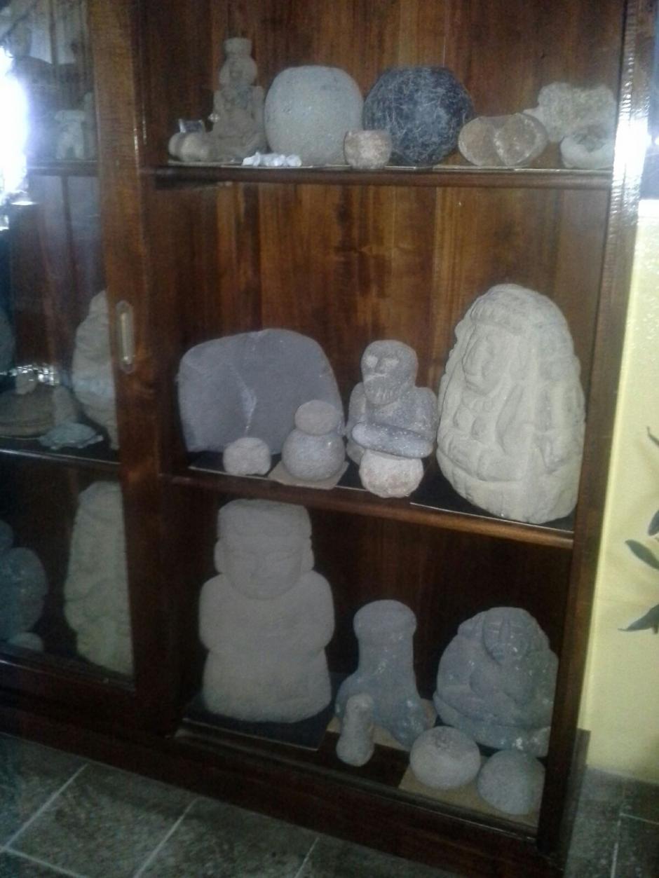 Vista de las piezas arqueólogicas que fueron localizadas durante un allanamiento en zona 12. (Foto: PNC)
