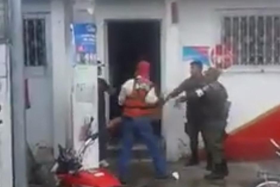 En redes sociales circula un video en el que una mujer fue agredida en Villa Hermosa. (Foto: Captura de YouTube)