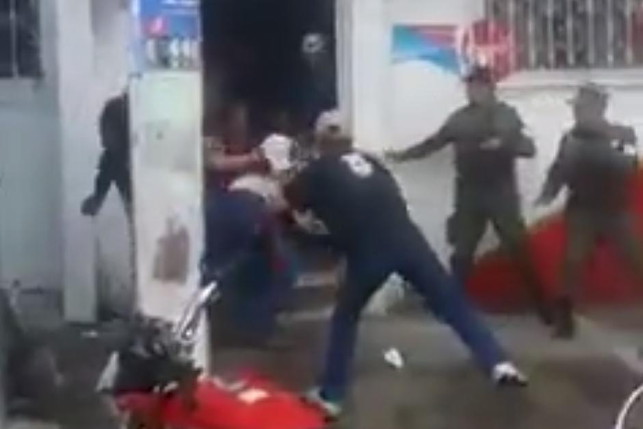 El Ejército de Guatemala ha sido criticado en redes sociales por no intervenir. (Foto: Captura de YouTube)