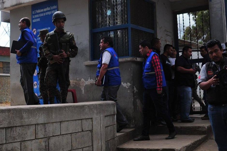 Personal de la PDH logró mediar con los reos que se amotinaron. (Foto: Alejandro Balan/Soy502)