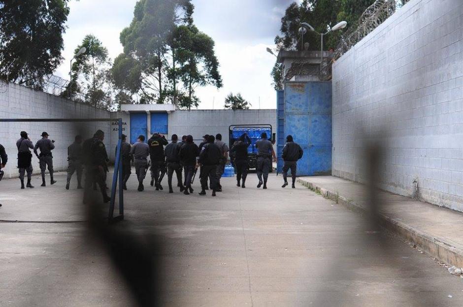 La Policía Nacional Civil (PNC) y la guardia penitenciaria se mantiene en alerta ante el motín. (Foto: Alejandro Balan)