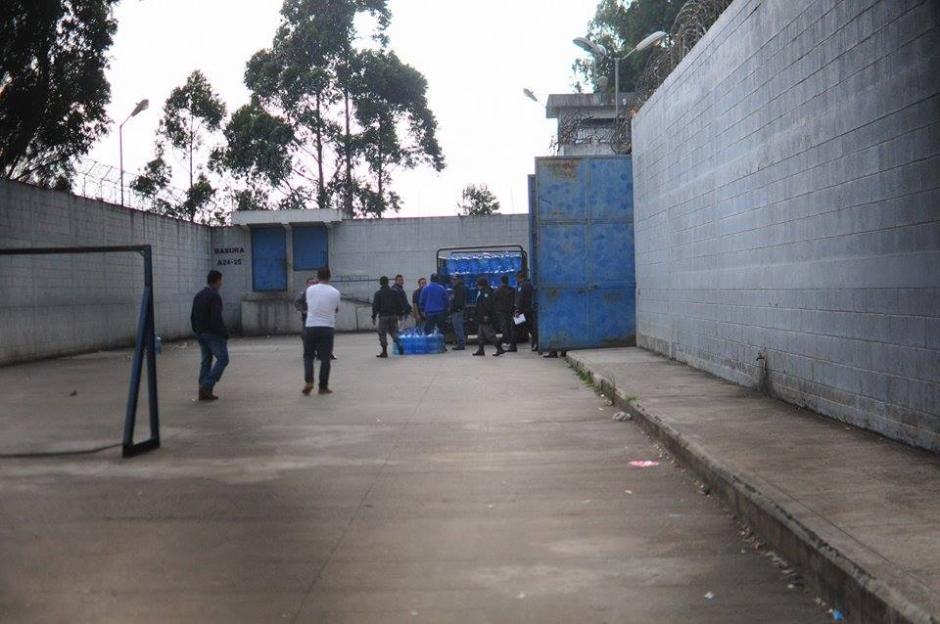 Los repartidores de agua fueron retenidos desde las 7 horas de este lunes. (Foto: Alejandro Balan/Soy502)