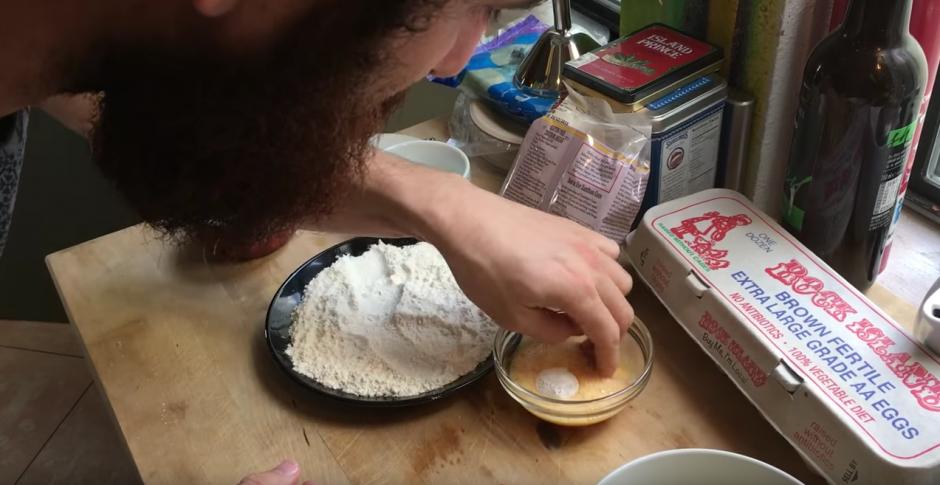 Prepara la cápsula previo a freírla. (Captura de pantalla: Jonathan Marcus/YouTube)