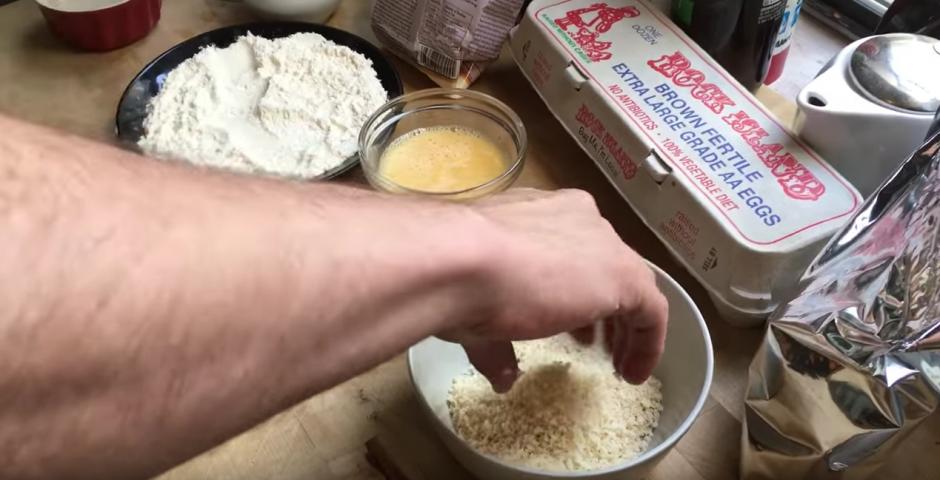 La pasa por huevo batido y harina de pan, como si fuese cualquier alimento. (Captura de pantalla: Jonathan Marcus/YouTube)