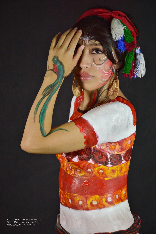 Los colores del hüipil de Aguacatán brillan en Astrid Gómez. (Foto: Ronald Waldo)