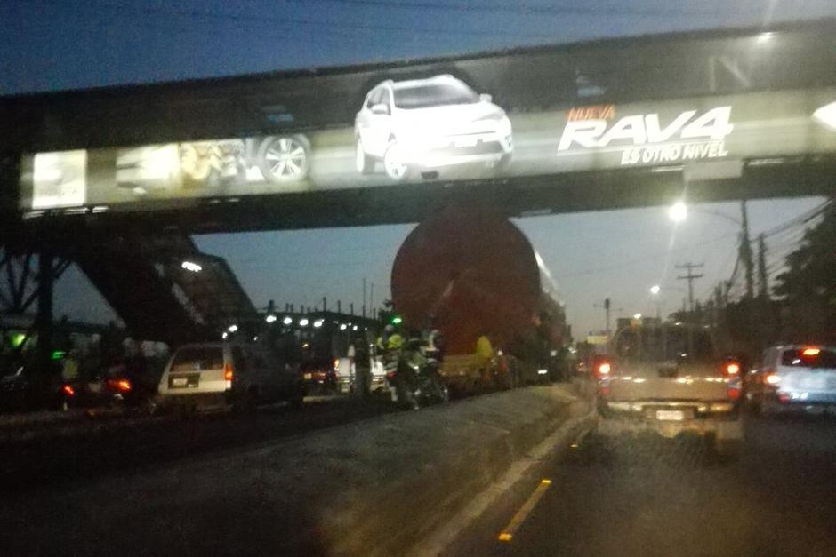 Según Ámilcar Montejo, intendente de la PMT, el camión violó la altura permitida y provocó tres accidentes al derribar luego de chocar. (Foto: Dalia Santos/PNC Tránsito)
