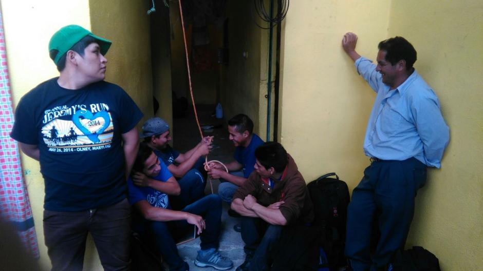 Vista del grupo de migrantes extranjeros que fueron localizados mientras se buscaba a un secuestrado. (Foto: PNC)