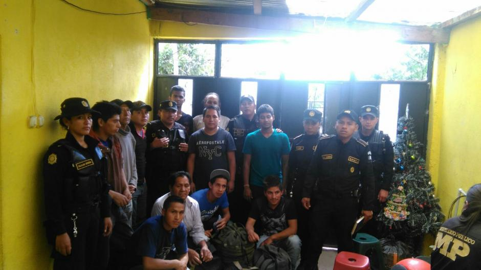 El grupo de migrantes extranjeros junto a agentes de la PNC que participaron en el operativo de seguridad. (Foto: PNC)