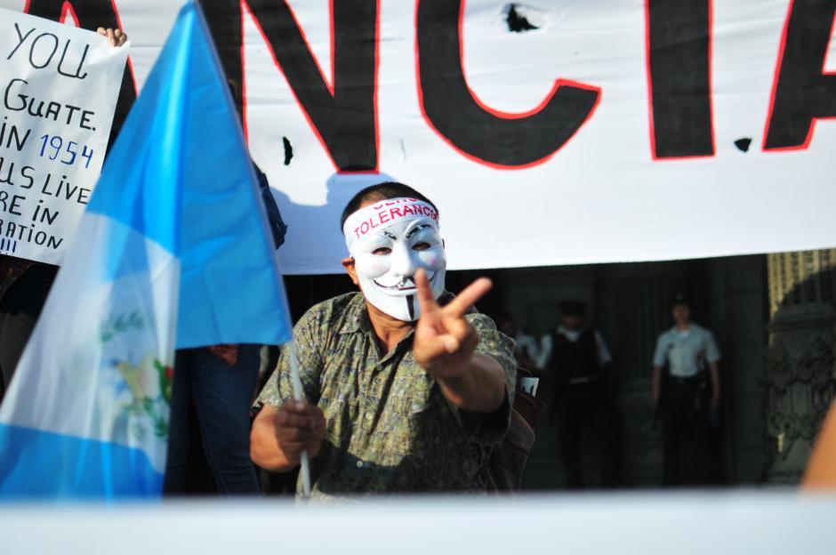 Las máscaras de Anonymous siguen apareciendo en la Plaza de la Constitución.(Foto: Alejandro Balán/Soy502)