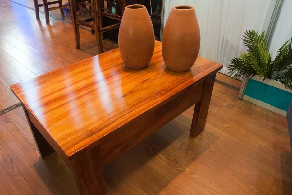 Mesas diseñadas con maderas especiales y exclusivas creadas por artesanos de Chimaltenango. (Foto: Alejandro Balán/Soy502)