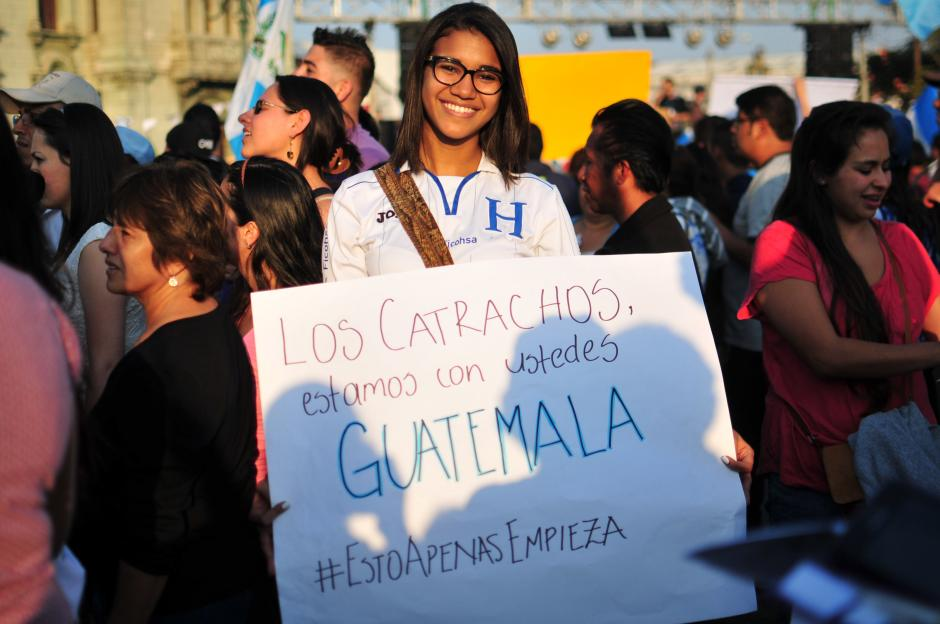 Una ciudadana hondureña participa en la marcha y se une al clamor de los guatemaltecos. (Foto: Alejandro Balán/Soy502)