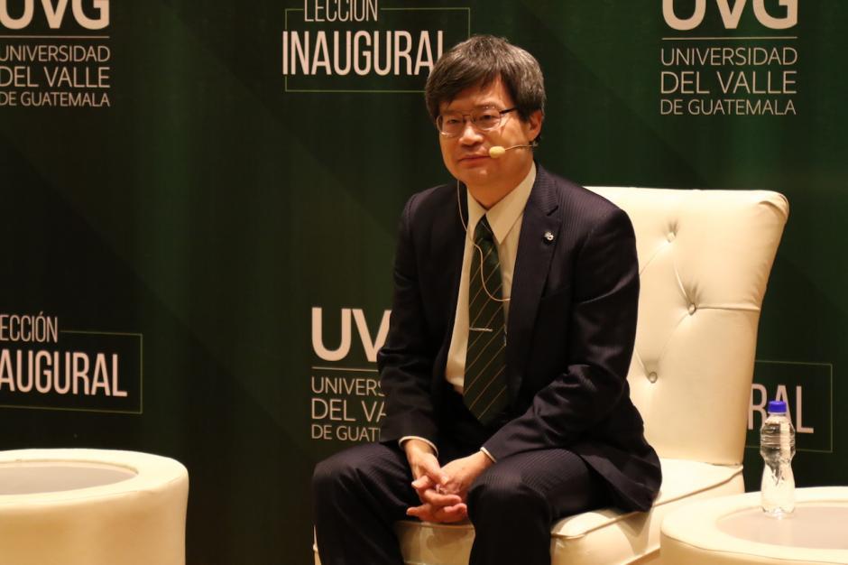 """Hiroshi Amano recibió el doctorado """"honoris causa"""" en Ciencias de la Universidad del Valle. (Foto: Alejandro Balán/Soy502)"""