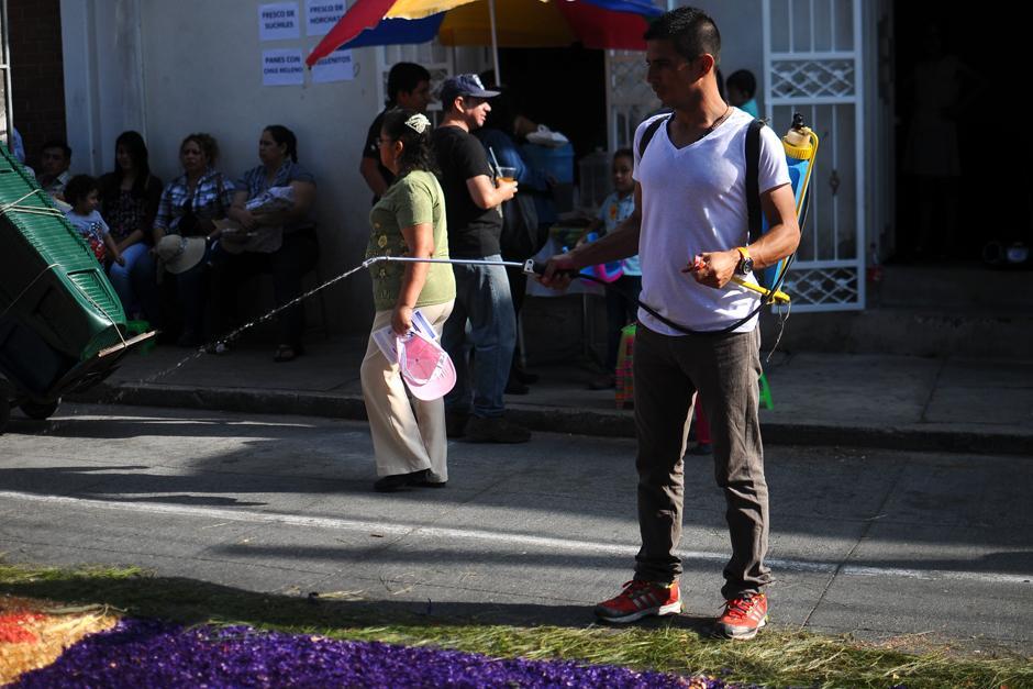Fieles terminan sus alfombras a pocos minutos del pase la procesión. (Alejandro Balán / Soy502)