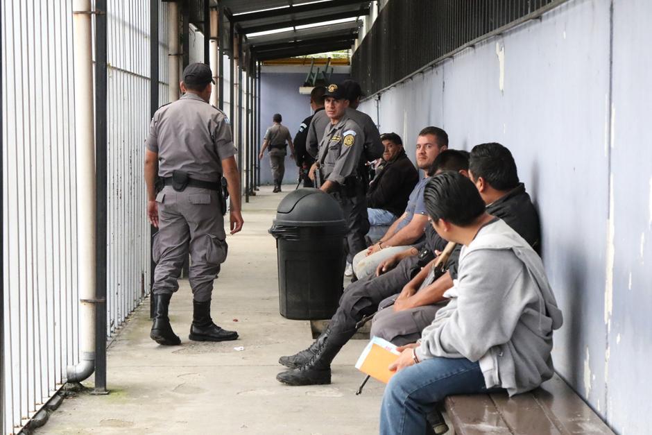 Una contingente de guardias cuida varios privados de libertad. (Foto: Alejandro Balan/Soy502)