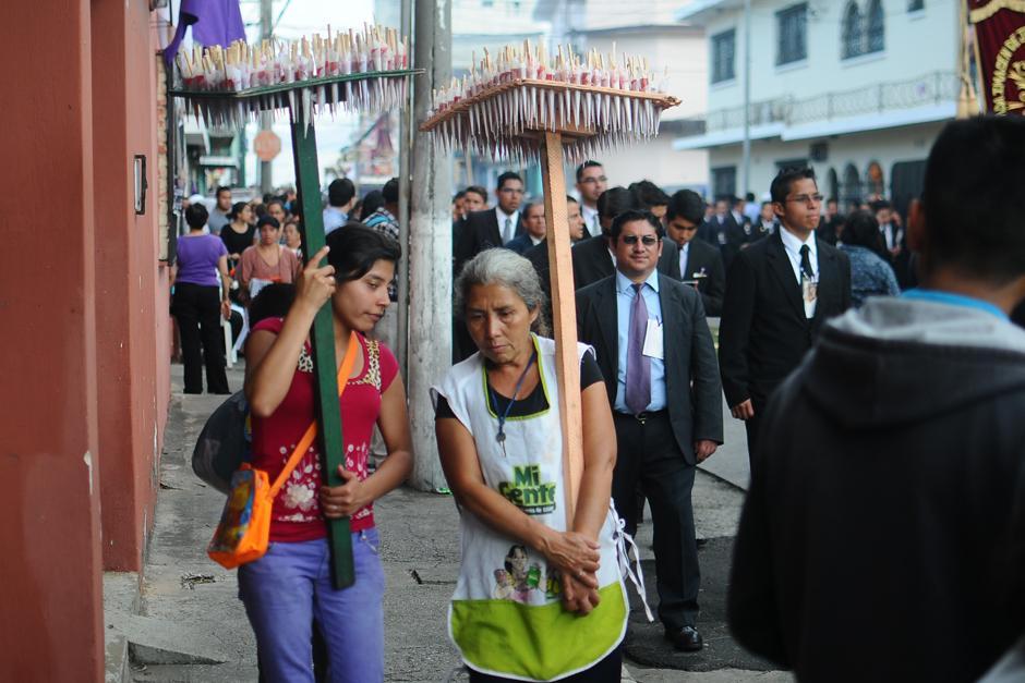 Los chupetes son también una de las tradiciones que acompañan las procesiones. (Alejandro Balán / Soy502)