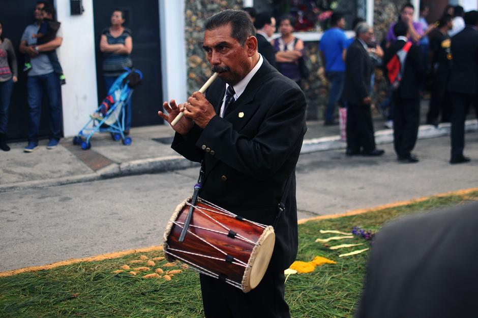 Uno de los músicos que acompaña la procesión. (Alejandro Balán / Soy502)