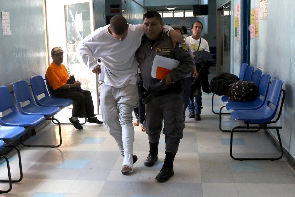 Guardias del Sistema Penitenciario se encargan de trasladar a los privados de libertad y de cuidarlos. (Foto: Alejandro Balan/Soy502)