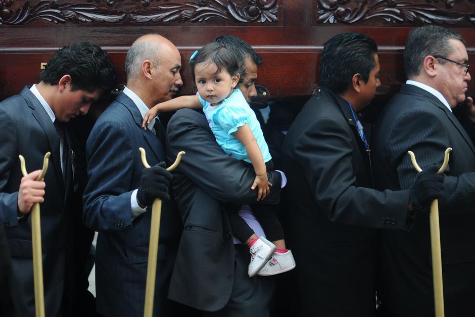 Cargadores que se hacen acompañar de sus hijos. (Alejandro Balán / Soy502)