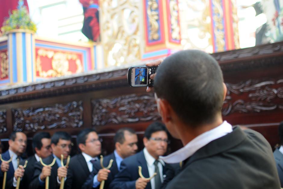 Antes o después de cargar el anda, muchos toman fotos y videos al anda. (Alejandro Balán / Soy502)