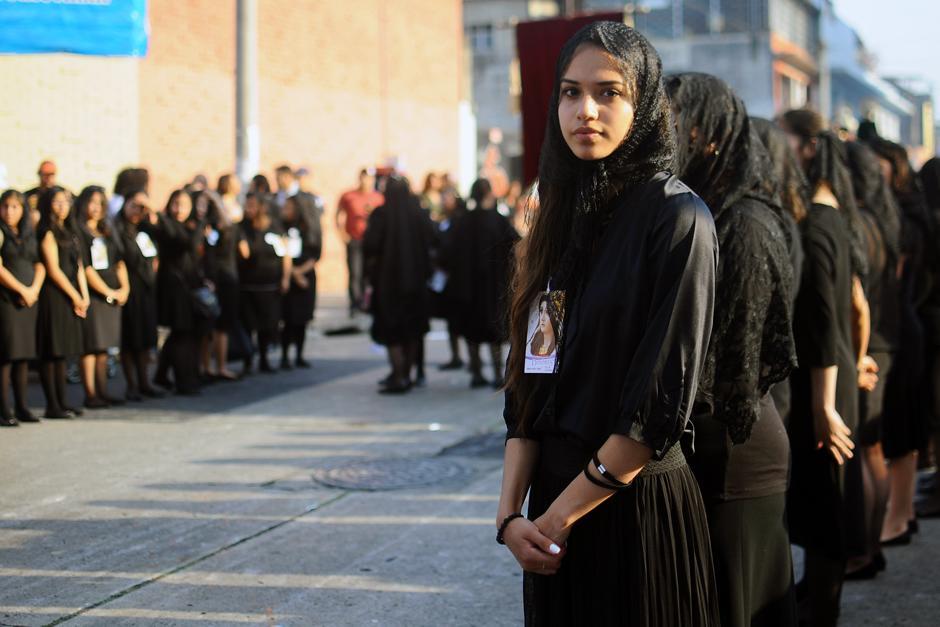 Mujeres esperan el turno de poder llevar en hombros el anda de la virgen. (Alejandro Balán / Soy502)