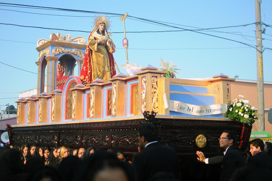 El anda de la virgen acompaña a Jesús del Rescate. (Alejandro Balán / Soy502)