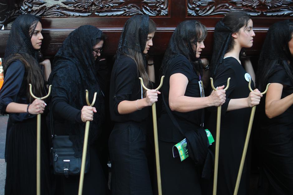 Expresiones de fe y solemnidad en los rostros de quienes deciden cargar procesiones. (Alejandro Balán / Soy502)